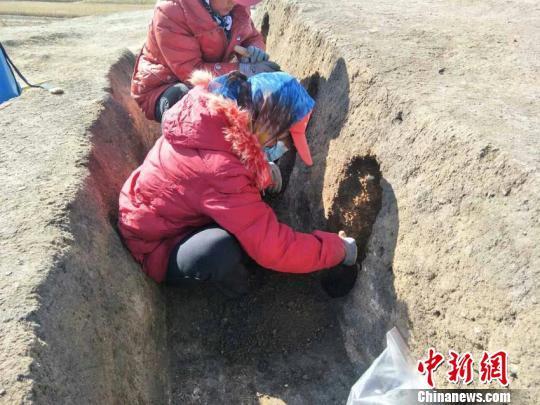 考古人员在现场挖掘 肖寓隆 摄