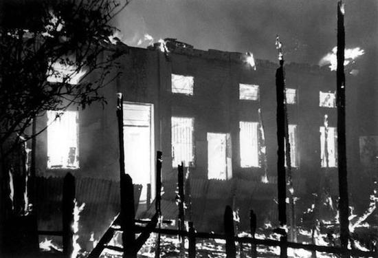 日军烧毁一座仰光的建筑,乔治·罗杰,1942年