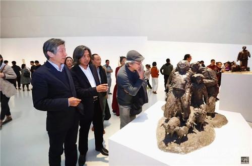中央美院院长范迪安和中国美术馆馆长吴为山一同观看作品