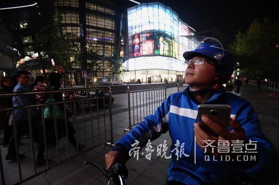 人们下班回家时,刘柱开始送晚餐