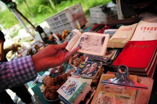 一本黑白小人书,一位中年东北男子说满满都是回忆。在老人的摊位上,这样的一本黑白版当年标价三毛钱的小人书,要价6元。