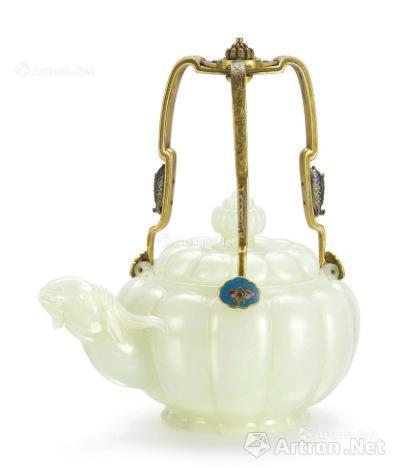 清乾隆御制白玉茶壶以7547万港币的价格创造了玉器拍卖新纪录