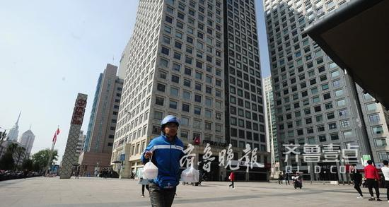 一身职业装的刘柱经常穿梭在写字楼间