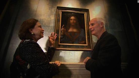 2011年,CNN 艺术记者 Nick Glass (右)对话《救世主》修复师 Dianne Modestini,图片来源:CNN