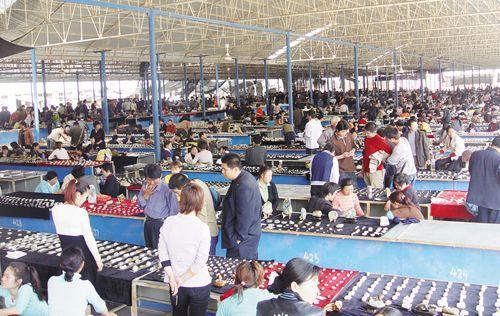 简单的了解了石佛寺之后,我们就跟着玉友一起去详细的了解一下石佛寺的玉石市场吧。