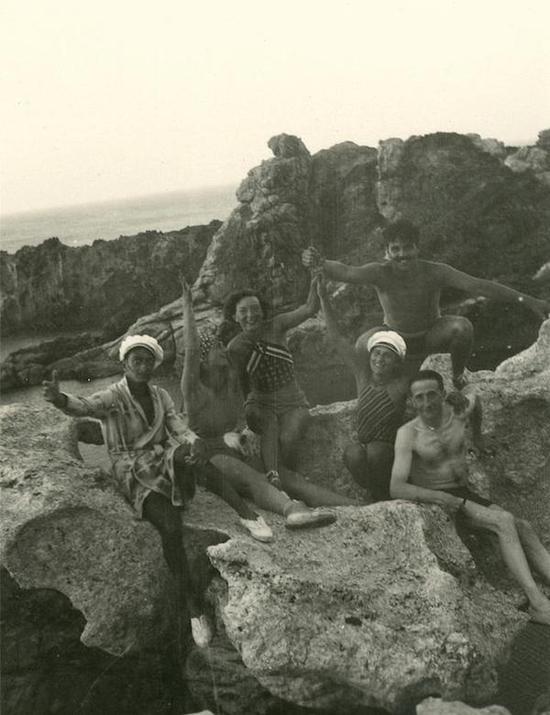 达利、杜尚和曼·雷与女伴(妻子)在卡达克斯