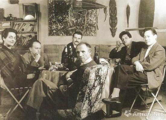 1950年代,初到巴黎的赵无极(右一)与巴黎画皮埃尔·洛布(中)展开合作