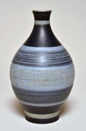 《蓝底内尔维尔瓷瓶》 皮耶·杰库 高30cm,直径18cm 1957年 瓷器 图片来源于杜梦堂