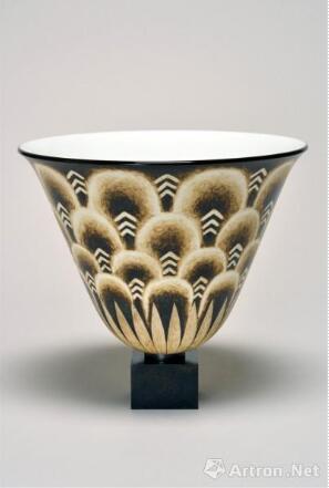 《鲁尔曼瓷瓶 No. 3》 艾米尔-雅克·鲁尔曼 高22cm,直径26cm 约1930年 釉面瓷 图片来源于杜梦堂