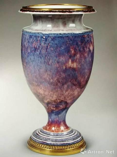 红蓝釉装饰的鎏金铜扣窑变釉花瓶 图片来源于网络