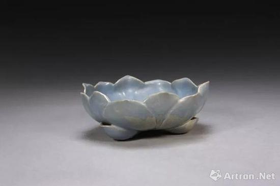 宜兴窑仿钧天蓝釉莲花式洗,明,高7.1cm,口径19.3cm,足距10cm.