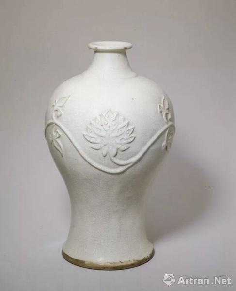 宜兴窑塑贴莲花纹梅瓶,明,高28.1cm,口径4.9cm,底径14.2cm.