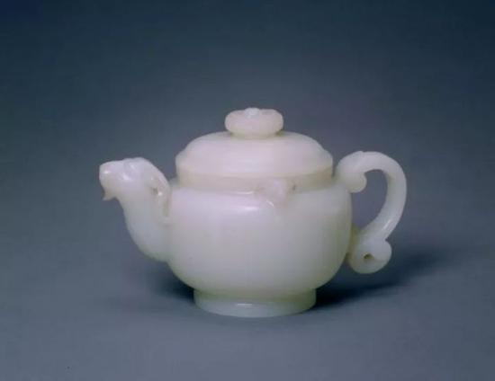 白玉三羊执壶 清    北京故宫博物院藏品