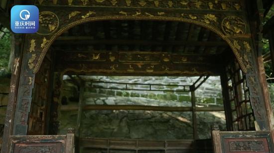床榻安静地坐落于复古长廊中。这所高校的复古长廊类似南方园林的做法,又很像栈道的构造。