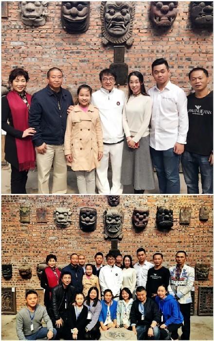 离开之前,成龙大哥还亲切跟博物馆工作人员合影留念。