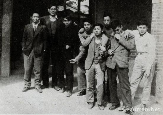1957年,李仲生(左一)与东方画会陈道明(左二)、李元佳(左三)、萧勤(右二)等成员合照