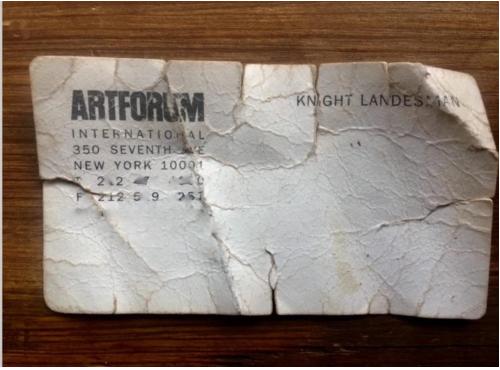 破旧的《艺术论坛》前联合出版人奈特·兰德斯曼名片。图片:by Peregrine Honig