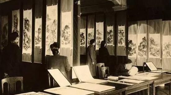 1944年,顾飞夫妇(右二)与傅雷夫妇(左二)在黄宾虹八十画展上
