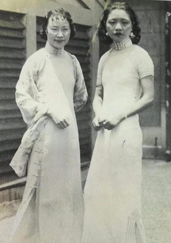 顾飞(右一)与陈小翠