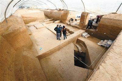 考古队在南侧的浴室旁发现了保存完整的排水管道和污水渗井记者张宇明摄
