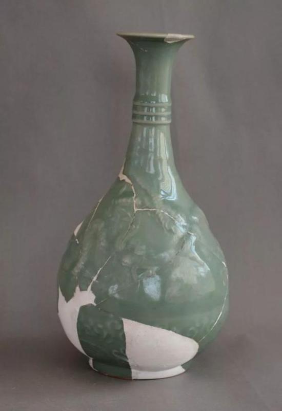 龙泉青釉海水云龙纹玉壶春瓶 元元贞二年(1296)口径6.8厘米 底径7.5厘米 高27厘米