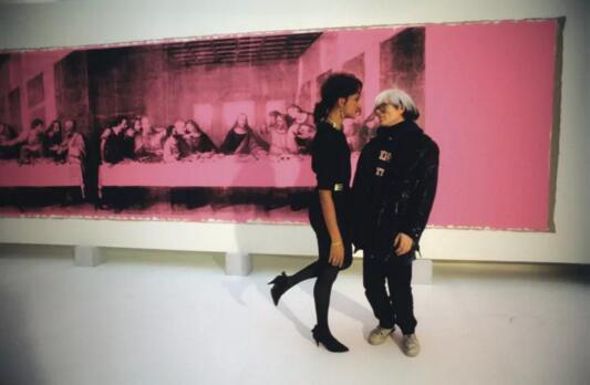安迪沃霍尔及模特儿站于沃荷作品《最后的晚餐》前,1986年