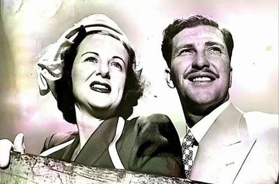 上世纪60年代,Joan的丈夫被派驻到中东。而Joan也随着丈夫一同前往。