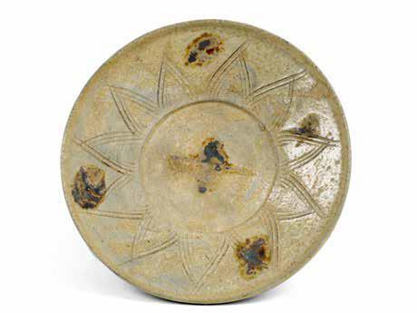 瓯窑青瓷点彩刻莲瓣纹盘 南朝齐天监元年(502 年)口径13.5厘米 底径6.2厘米 高3.5厘米