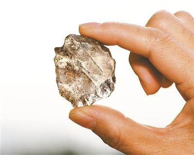 这是南山遗址出土的水晶刮削器。