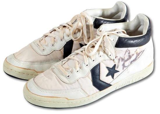 该双战靴一侧有迈克尔-乔丹的亲笔签名,极具收藏价值。