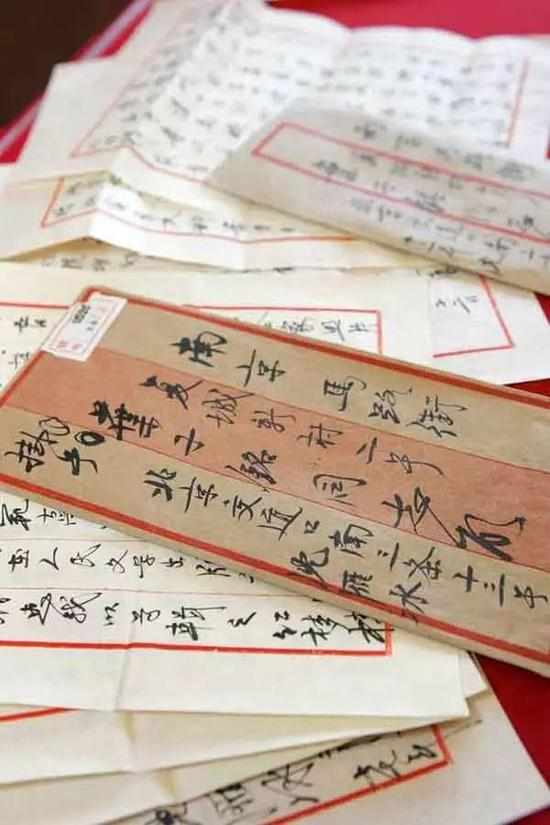 ▲ 上海市档案馆收藏的茅盾亲笔书信
