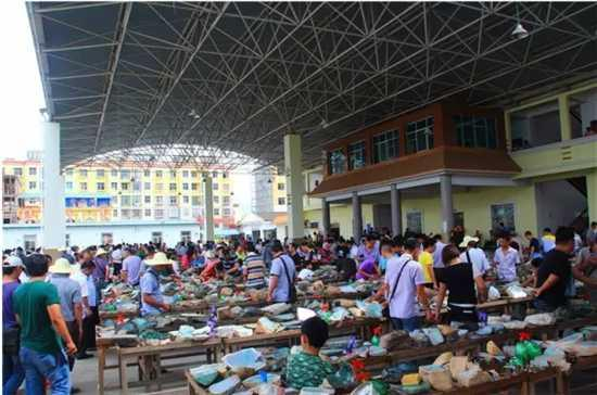 来盈江做玉石生意的人很多。大多缅甸人来盈江也是来做玉石毛料生意的,街上随处可见缅甸玉石商人和他们的店铺。