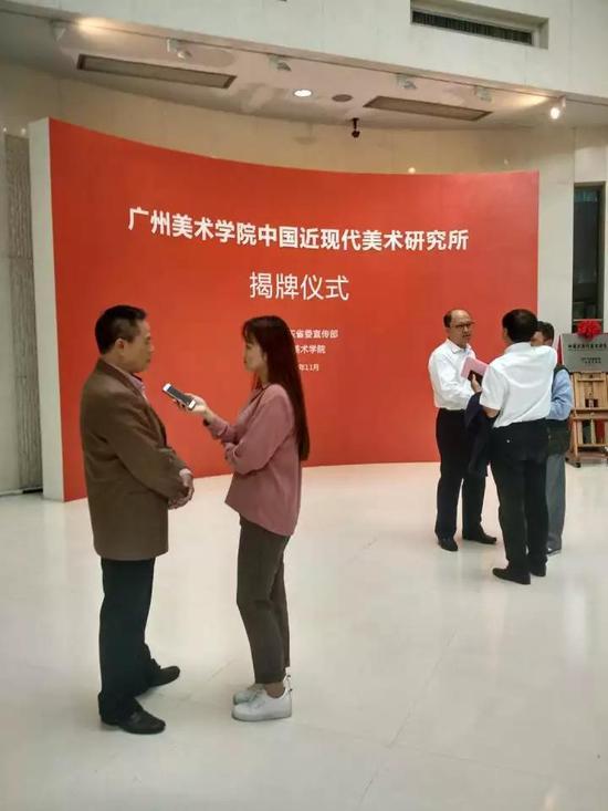 中国近现代美术研究所首任所长梁江接受记者采访