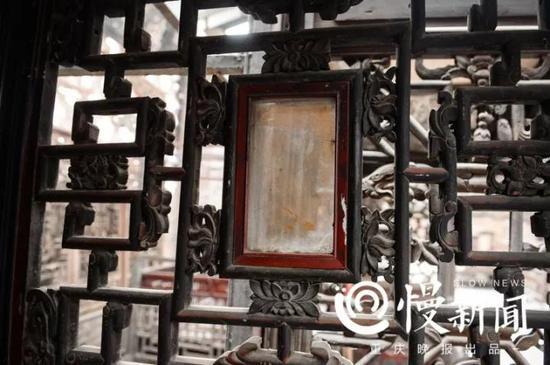 床框上镶嵌的玻璃