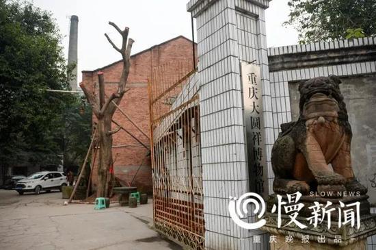 博物馆大门,远处可见工厂的烟囱