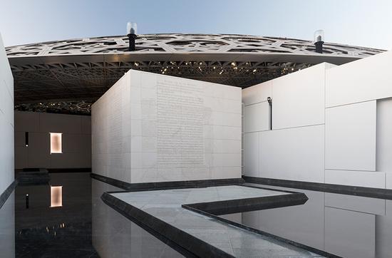 """美国艺术家珍妮·霍尔泽作品:""""为阿布扎比卢浮宫而作""""(2017)"""