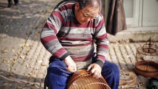 家住铁工里街家属院的孙大爷,在北闸口附近经营鸟笼生意已逾20载。今年65岁的他,曾任职于郑州铁路局后勤部,从事检修工作。