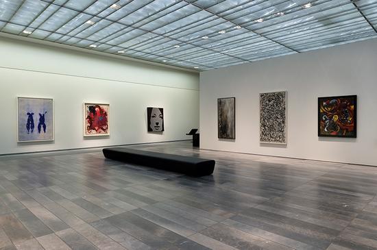 """challenging modernity""检验了现代化与进步的概念"