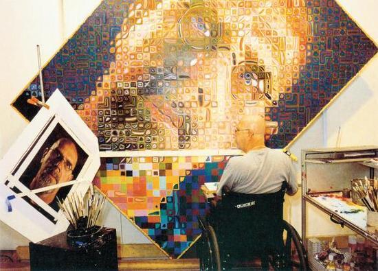 正在创作自画像的查克·克洛斯,20002001 年,艺术家私人收藏。