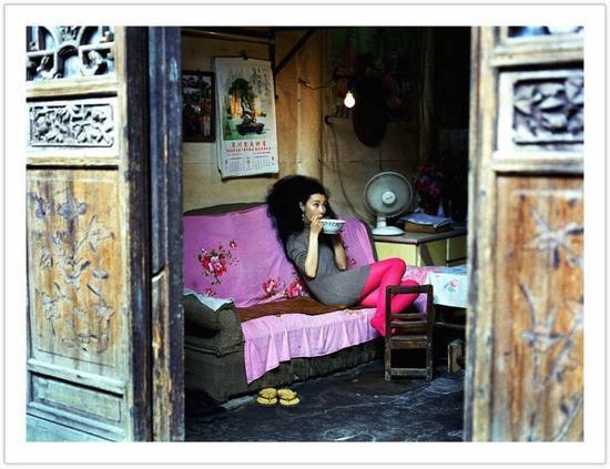 ▲夏永康,张曼玉,于桂林为《i.d. Magazine》拍摄时装特辑,2004