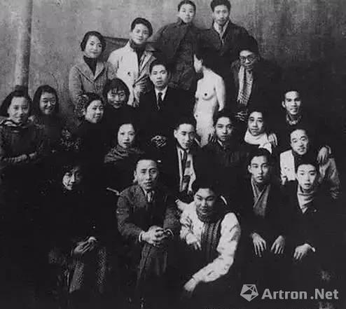 上海美校师生与女模特合影