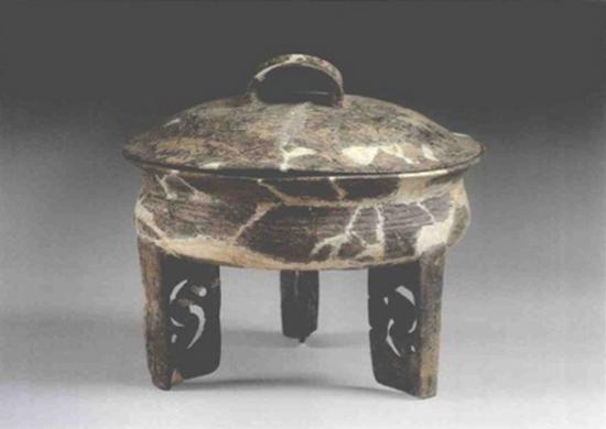 1984年青浦福泉山良渚文化蟠螭纹镂空足带盖陶鼎,镂空的足间有龙
