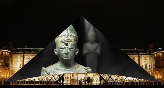巴黎卢浮宫金字塔上投射出卢浮宫阿布扎比博物馆图片