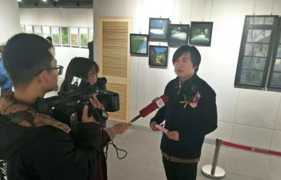 青年画家王铭亮接受采访
