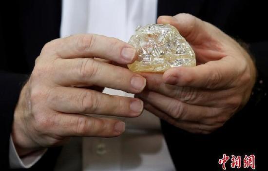 """近日,在以色列钻石交易所,一颗名为""""和平钻石""""的709克拉的钻石在以色列的钻石拍卖会上展出。"""