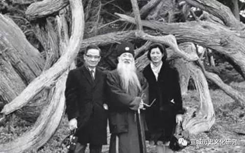 罗寄梅(左一)在敦煌石窟