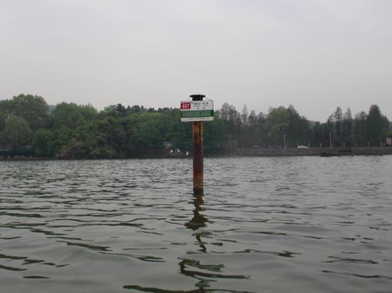 """北京""""东湖站""""站牌被安置在武汉东湖"""