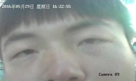 葛宇路用一整张脸对着摄像头