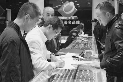 福建省宝玉石协会在珠宝店进行行业自查。