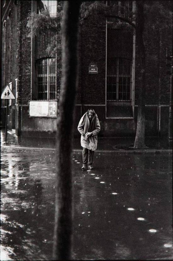 贾科梅蒂从工作室出来,用衣服蒙住头走入雨中,这一刻被布列松镜头捕捉到而成为经典